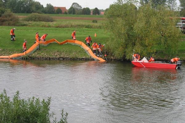 Ölsperre_Feuerwehr_Einsatz_Umweltschutz_Fluss
