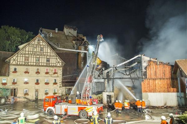 Bei den Löscharbeiten des Feuers gelangte verunreinigtes Löschwasser in die Jagst. Foto: 7aktuell.de/Adomat