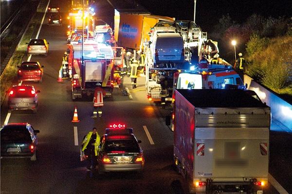 Einsatzstellenabsicherung_Absicherung von Einsatzstellen_Autobahn_Einsatz_Feuerwehr_Sicherheit_Unfall_IV