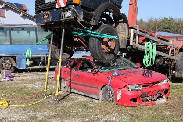 Mit Abstützsystemen lassen sich auch schwere Lasten sicher abfangen. Die Spanngurte über der Motorhaube und dem Heck des Pkw verhindern, das sich das Wrack nach Anheben des Lkw bewegt. Foto: Paratech