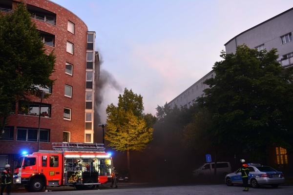 Durchzündung in Hamburg. Mehrere Feuerwehrleute verletzt. Foto: Lars Ebner Billhorner Kanalstr. Feuer im Bunker Brennen Oile und Fette  Starke Rauchentwicklung Häuser evakuiert Verletzte