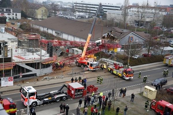 Ein Kran ist in Bad Homburg auf einen Aldi-Markt gestürzt. Im ersten Angriff sind eine Drehleieter und der Feuerwehr-Kran der Berufsfeuerwehr Frankfurt am Main im Einsatz. Foto: Storch