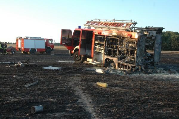 Unglück im Einsatz: Ein Löschgruppenfahrzeug ist von den Flammen erfasst worden und nahezu völlig ausgebrannt. Foto: Bartsch