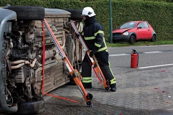 Mit der Stütze V-Strut von Holmatro lassen sich umgestürzte Fahrzeuge stabilisieren. Sie kann zur Anpassung in 24 Stufen ausgezogen werden. Foto: Holmatro