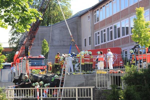 Aufwendige Rettungsaktion einer durch ein Wasserrad eingeklemmten Person in Pfullingen. Foto: Feuerwehr Pfullingen