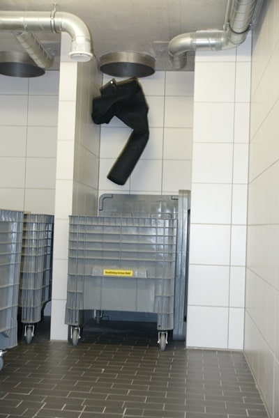 In Der Hauptfeuerwache In Ratingen (NW) Wird Kontaminierte Einsatzkleidung  Durch Schächte Aus Der Fahrzeughalle Direkt In Container Befördert.