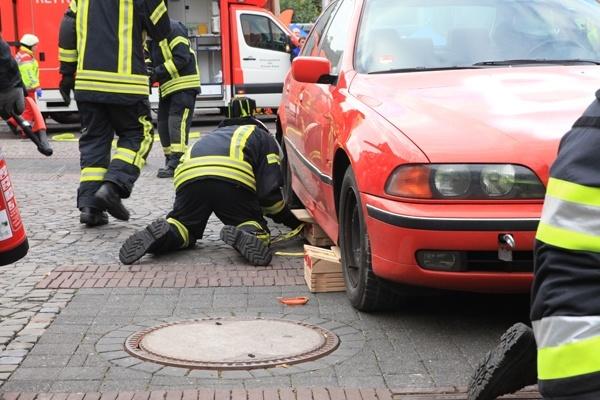 Achten Sie beim Stabilisieren unbedingt darauf, dass die Fahrzeuge formschlüssig unterbaut werden. Dazu eignen sich insbesondere Keile sehr gut. Foto: Weber Rescue Systems