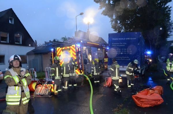 Einsatzkräfte der Feuerwehr Ratingen haben das Sprungpolster nach damit durchgeführter Menschenrettung wieder eingerollt. Foto: Feuerwehr Ratingen