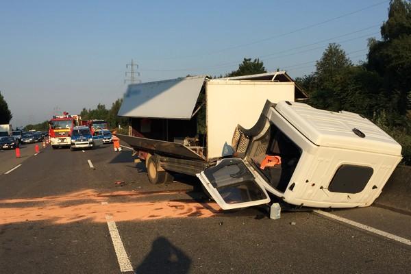 Der verunfallte Lkw auf der A 46 hatte Sprengstoff geladen. Foto: Feuerwehr Haan