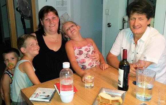 Andreas Fulterer (rechts) bei seinem Treffen mit Patrizia Mayr und ihren Kindern Tobias, Lukas und Anna. Der Ehemann und Vater Alexander verunglückte im vergangenen Jahr bei einem Einsatz der freiwilligen Feuerwehr tödlich. Foto: privat