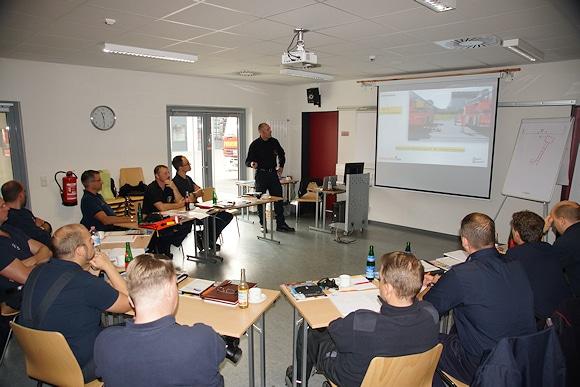 Nils Beneke führt durch das theoretische Ausbildungsprogramm. Foto: Hegemann
