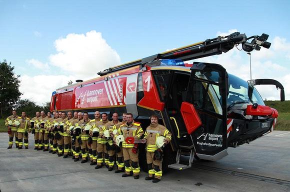 Flughafenfeuerwehr Hannover: Freude über neues Flughafenlöschfahrzeug und neue Schutzkleidung. Foto: Flughafen Hannover