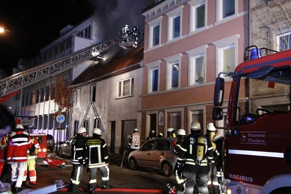 Vier Tote sterben bei einem Dachstuhlbrand in Pforzheim. Foto: SDMG / Friebe