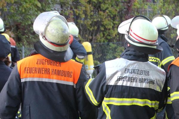 Eine Feuerwehrfrau berichtet von ihrem Einsatz. Symbolfoto: Matthias Köhlbrandt