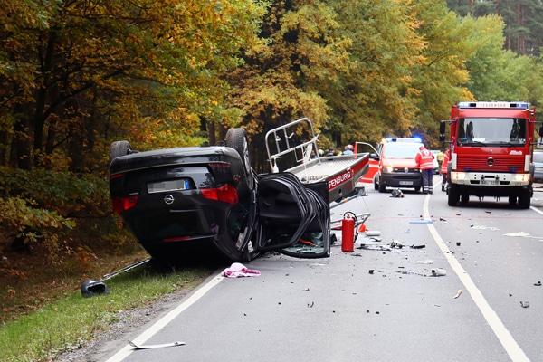 Schwerer Unfall mit einem Feuerwehr-Anhänger. Foto: Ralf Hettler