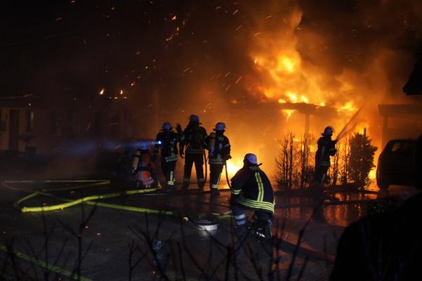 Brennendes Gebäude mit Wärmedämmung aus Styropor. Symbolbild: Hegemann