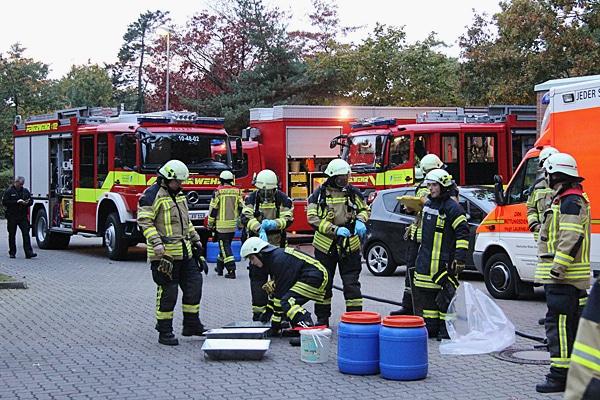 Gefahrstoff-Einsatz am Geesthachter Krankenhaus: Auf der Ladefläche eines Pakettransporters war eine gefährliche Flüssigkeit ausgelaufen. Foto: Timo Jann