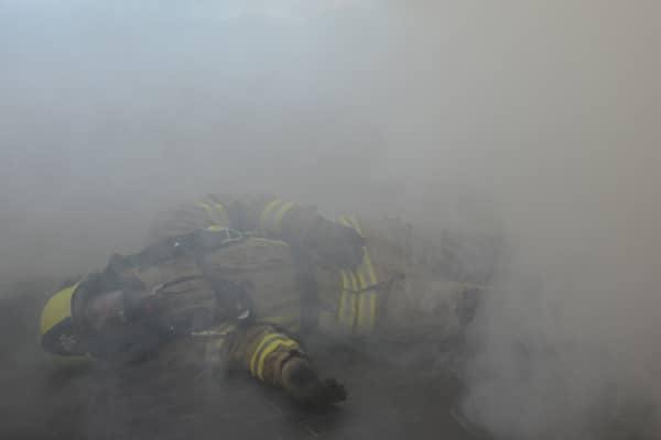 Ein verletzter Feuerwehrmann muss gerettet werden. Symbolfoto: Hegemann