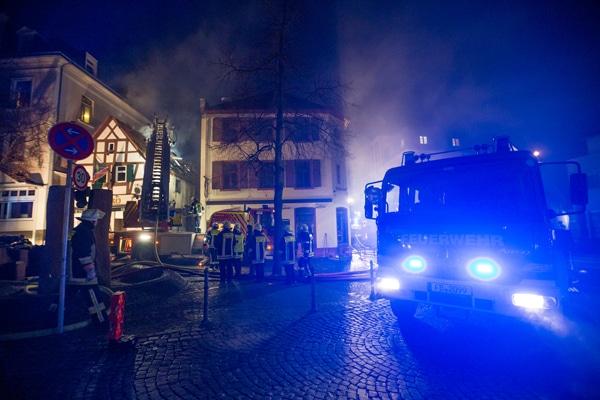 Schnelle Brandausbreitung von einem Carport aus. Foto:  einsatzfotos.tv/Jan Eifert