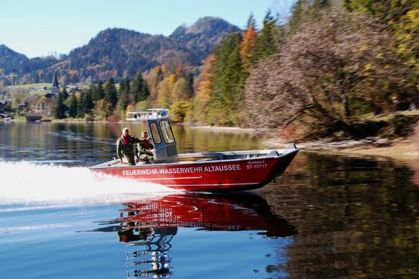 """Unter der Leitung der Feuerwehr Altaussee waren 15 Feuerwehrboote an den Dreharbeiten des neuen James-Bond-Filmes """"Spectre"""" beteiligt. Foto: Rüffer"""