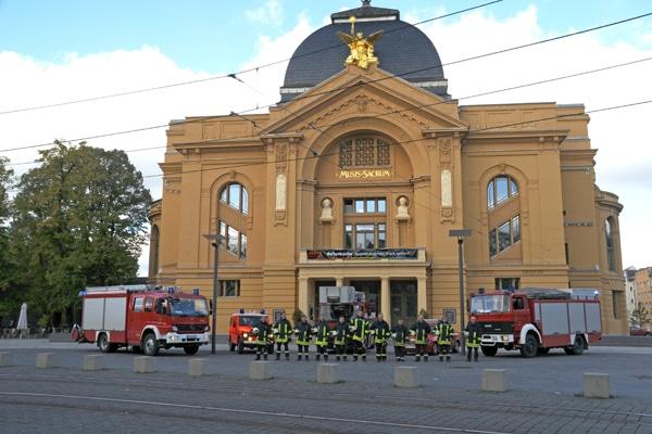 Vor einem der markantesten Gebäude in Gera, dem Theater, haben sich die Männer der Feuer- und Rettungswache Mitte mit HLF 20/16, VRW, DLK 23-12, KdoW und dem RW 2 aufgestellt (von links). Foto aus dem Jahr 2012. Foto: Alexander Müller
