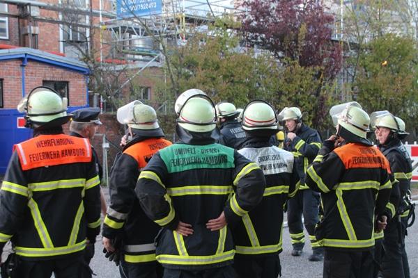 Führungskräfte der Feuerwehr Hamburg im Einsatz. Symbolfoto: Mathias Köhlbrandt