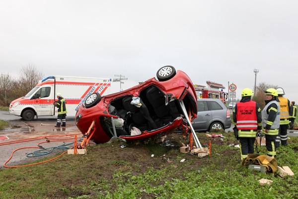 Das Dach des Pkw musste zur Rettung der Fahrerin teilweise abgetrennt werden. Foto: Christian Butt