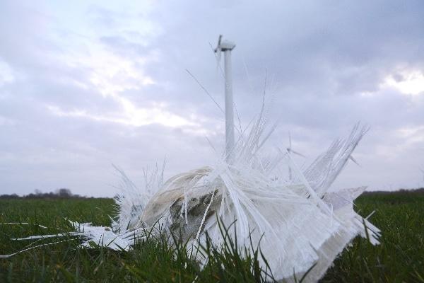 Gleich zwei Rotorblätter einer Windenergieanlage zerfetzteten im Sturm bei Utgast und stürzten ab. Foto: Thomas Weege