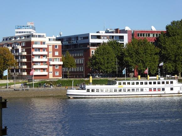 Die Redaktion des Feuerwehr-Magazin befindet sich in der Bremer Innenstadt direkt an der Weser (Gebäude in der Bildmitte). Foto: Hegemann
