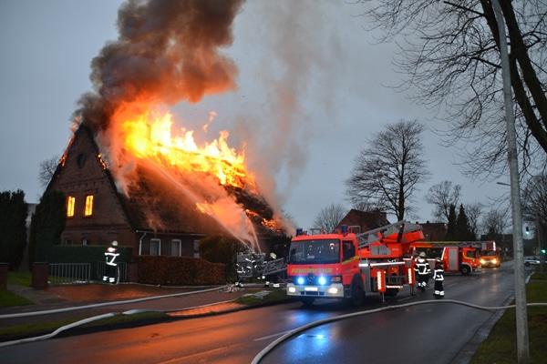 Brand eines Reetdachhauses ins Stade. Foto: Polizeiinspektion Stade