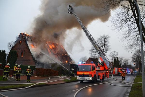 Brand_Reetdach_Stade_Feuerwehr_II