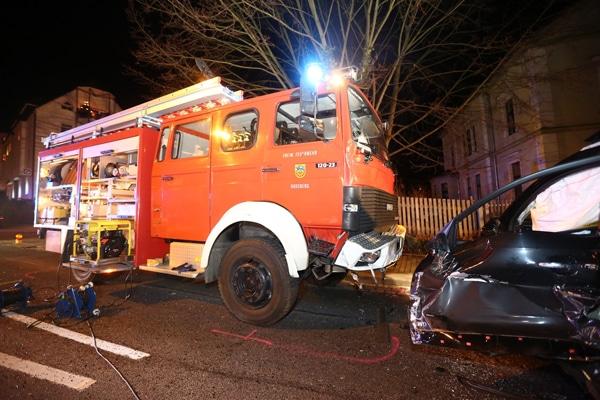 Schwerer Unfall am Samstagabend mit einem Feuerwehrfahrzeug. Foto: xcitePRESS
