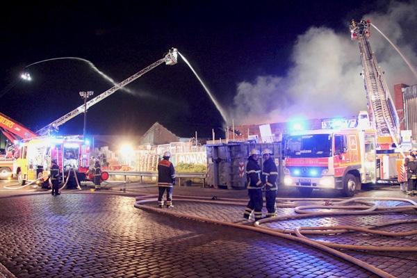 Die Brandbekämpfung erfolgte unter anderem auch über drei Drehleitern. Foto: Timo Jann