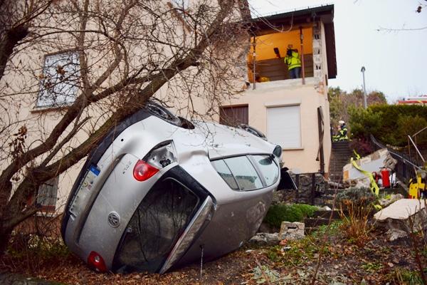 Pkw stürzt aus der Garage in die Tiefe. Foto: Heino Schütte
