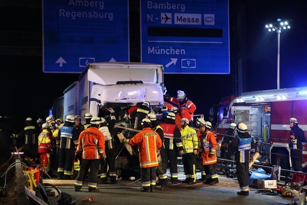 Technische Hilfeleistung zur Rettung eines eingeklemmten Lkw-Fahrers. Foto: NEWS5 / Herse