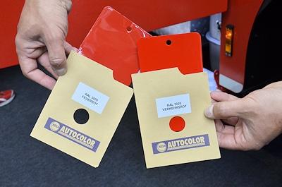 Neben dem altbekannten Feuerrot (RAL 3000) auf der linken Farbkarte ist neuerdings nach DIN 14502-3 auch die Farbe Verkehrsrot (RAL 3020) wie auf der rechten Farbkarte zulässig. Foto: Preuschoff