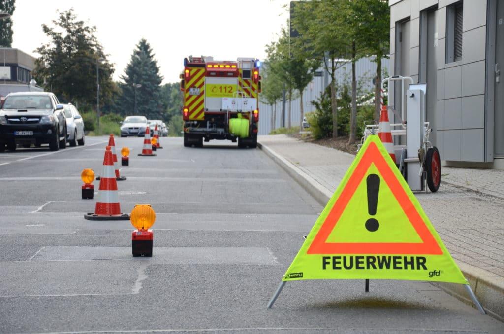 Einsatzstellenabsicherung: Gefahrenquelle Verkehr | Feuerwehr-Magazin