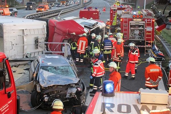 Unfall auf der A 1 bei Sittensen: der Fahrer des Lkw starb noch an der Unfallstelle. Foto: Schröder/Feuerwehr