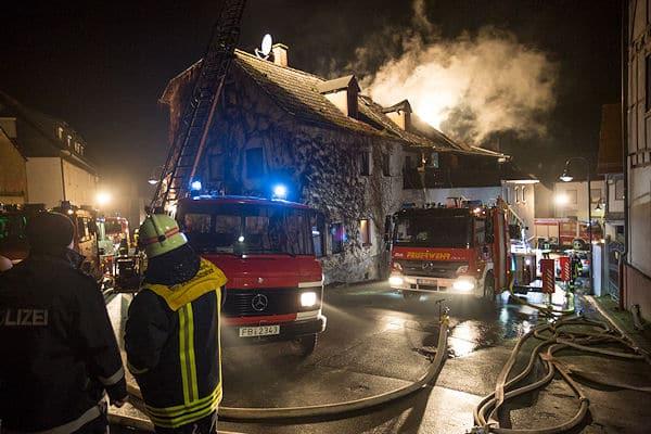 Ein Mensch ist am Neujahrsmorgen 2016 bei einem Feuer in Niddatal-Ilbenstadt im Wetteraukreis ums Leben gekommen. Rund 100 Einsatzkräfte löschten den Dachstuhlbrand im alten Ortskern.