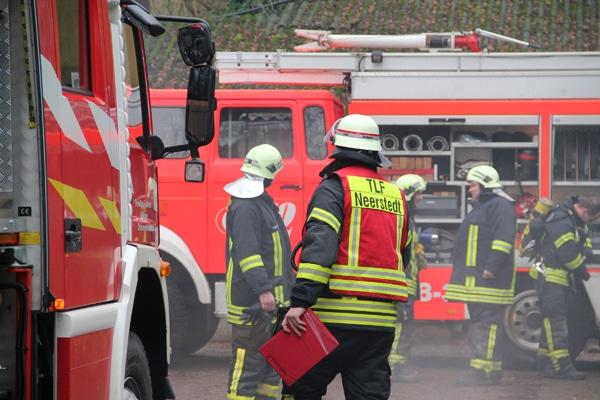 Brand-Einsatz: Ein Feuer bedrohte mehrere historische Feuerwehr-Fahrzeuge. Foto: Freiwillige Feuerwehr Dötlingen