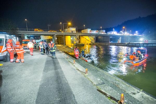 STUTTGART: In Hedelfingen ist im Bereich der Schleuse eine Person in den Neckar gefallen. Ursache ist bisher noch unklar. Die Feuerwehr, Rettungsdienst sowie das DLRG mit Booten und Tauchernwaren im Großeinsatz. Ein Polizeihubschrauber wurde ebenfalls zur Suche aus der Luft gerufen sowie 2 Drehleitern der Feuerwehr Stuttgart zur Ausleuchtung der Einsatzstelle.Nach ca. 1h wurde die Person aus dem Wasser gefunden undgerettet. Sofort wurden ebenso Reanimierungsmaßnahmen eingeleitet. / Stuttgart, Baden-Württemberg, Germany, Europa Fotograf: 7aktuell.de/Adomat