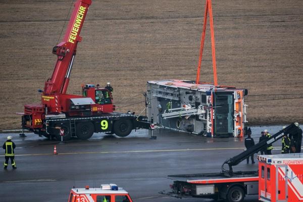 FLF der Flughafenfeuerwehr bei Fahrübung verunfallt. Foto: 7aktuell.de/Heckel