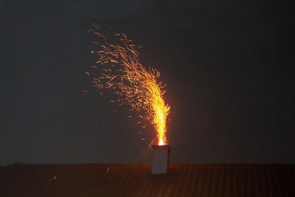 Wie eine Fontäne schleudern brennende Rußteilchen aus diesem Schornstein. Foto: Kollinger
