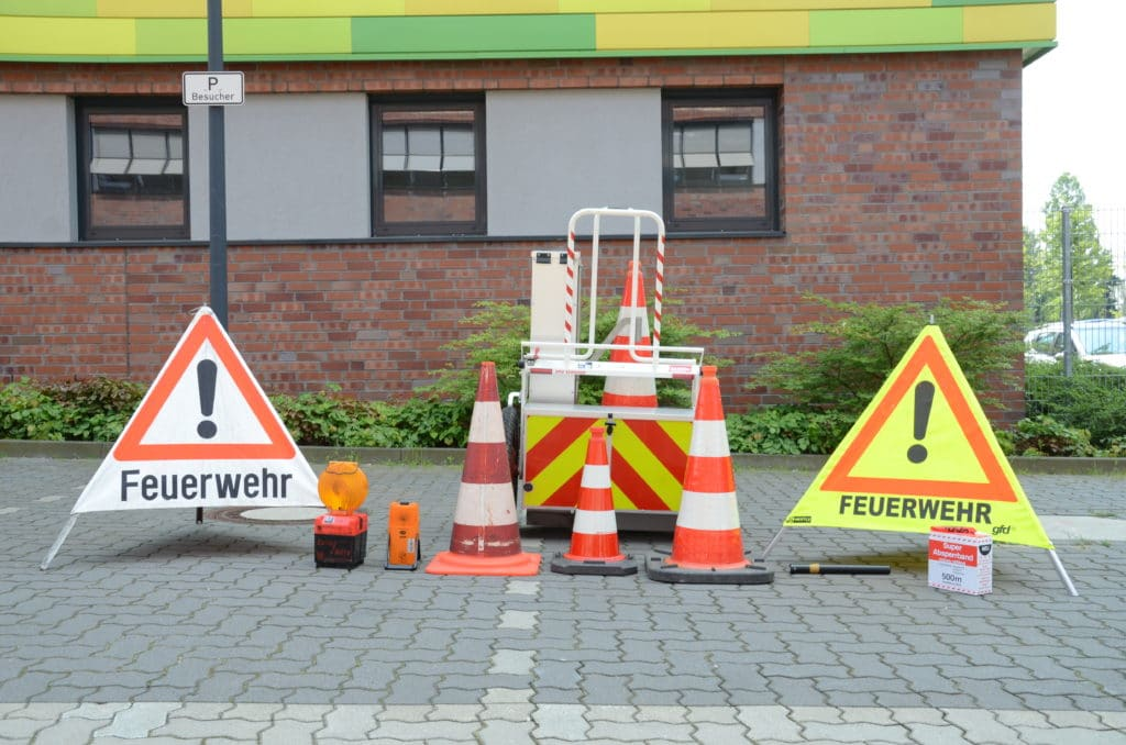 Symbolbild_Warnschilder_Pylonen_Einsatzstellensicher_Staße_Verkehr_Hegemann