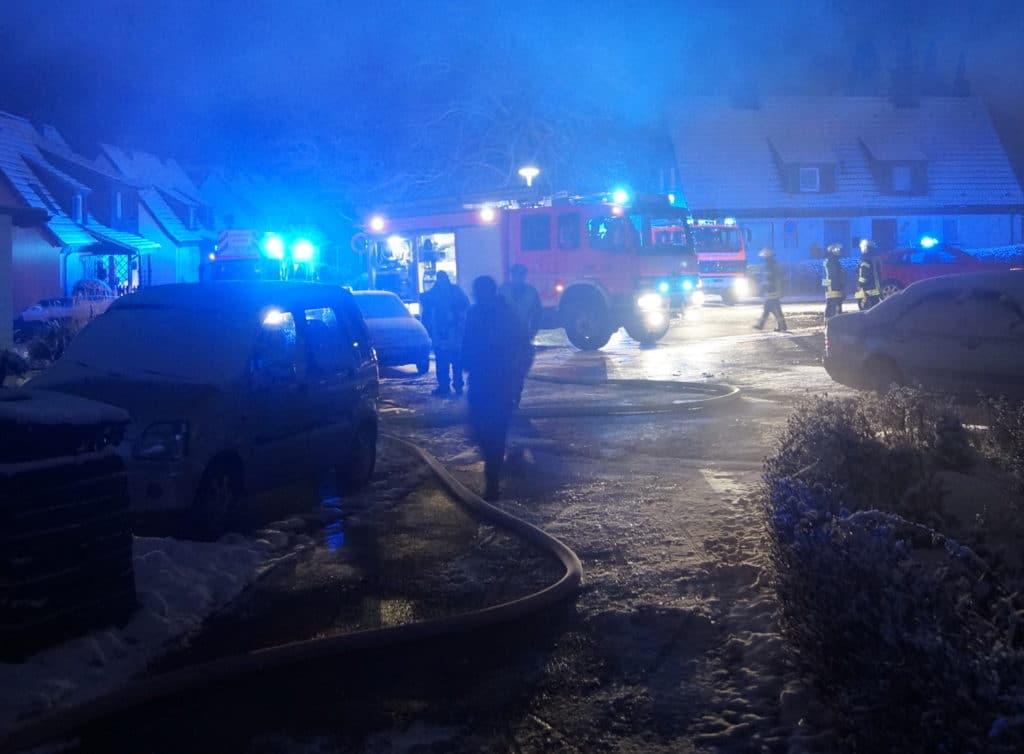 Zu einem Zimmerbrand in Menden rückten am Montagabend rund 30 Kräfte aus. Foto: Feuerwehr Menden