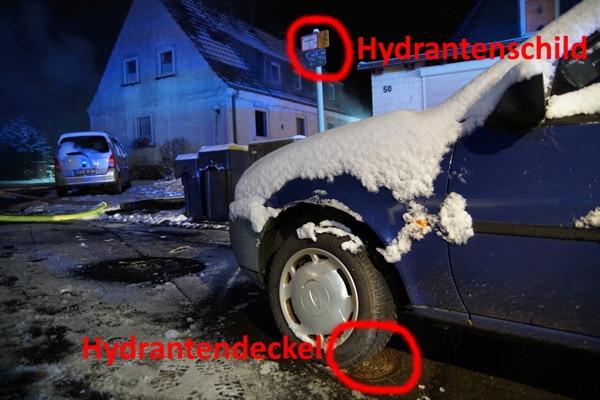 Ein parkender Pkw stand genau auf dem Unterflurhydranten und blockierte diesen. Foto: Feuerwehr Menden