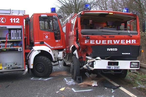 Unfall zwischen zwei Einsatzfahrzeugen der Feuerwehr. Foto: NonstopNews