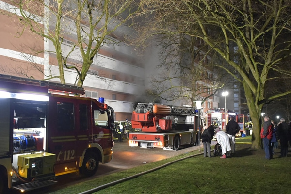 Kellerbrand in München. Zwei Löschzüge der Feuerwehr im Einsatz. Foto: Feuerwehr München