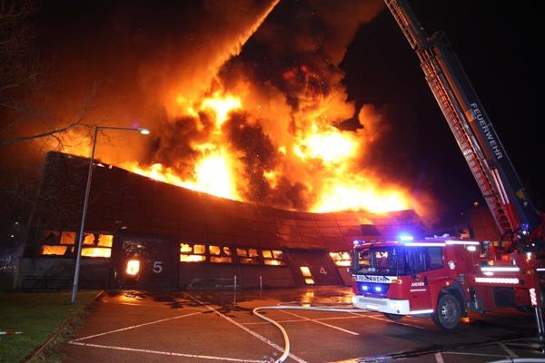 Umfangreiche Brandbekämpfung beim Großbrand an der Hochschule in Aachen. Foto: Ralf Roeger