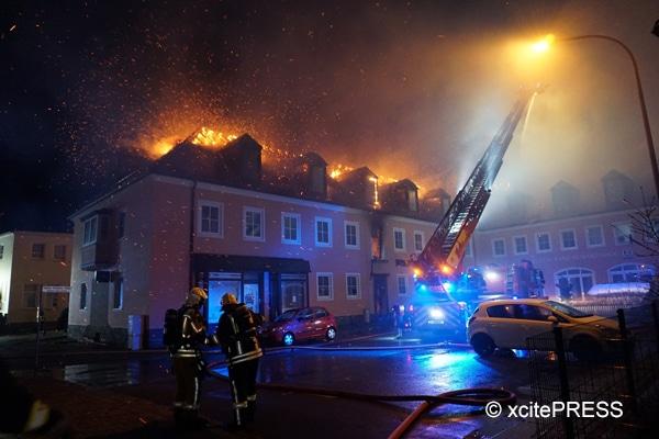 In Bautzen steht ein leer stehendes Hotel in Flammen, das als Flüchtlingsunterkunft genutzt werden sollte. Foto: xcitePRESS